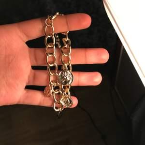 Guld länk armband som även går att använda som fotlänk. Frakt betalas av köparen☺️