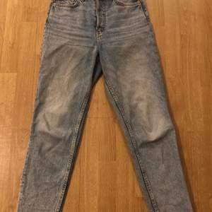 Jättefina ljus deminblåa mom jeans från H&M. Med råkant längs ner (se bild tre). Använda men ändå fint skick, inget hål eller annat fel. Har tyckt väldigt mycket om dem men nu har dem tyvärr blivit försmå. Jätte sköna och snygga! Skriv privat för frågor eller fler bilder. Betalningen sker vis Swish och köparen står för frakten. ❤️🌸😊