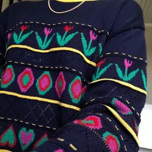 Unik stickad tröja med bland annat tulpaner och hjärtan. Supergullig och i bra skick! Den är ganska lång, sitter som en längre stickad tröja. Storleken är L man! Frakten är 66kr 💜⚡️