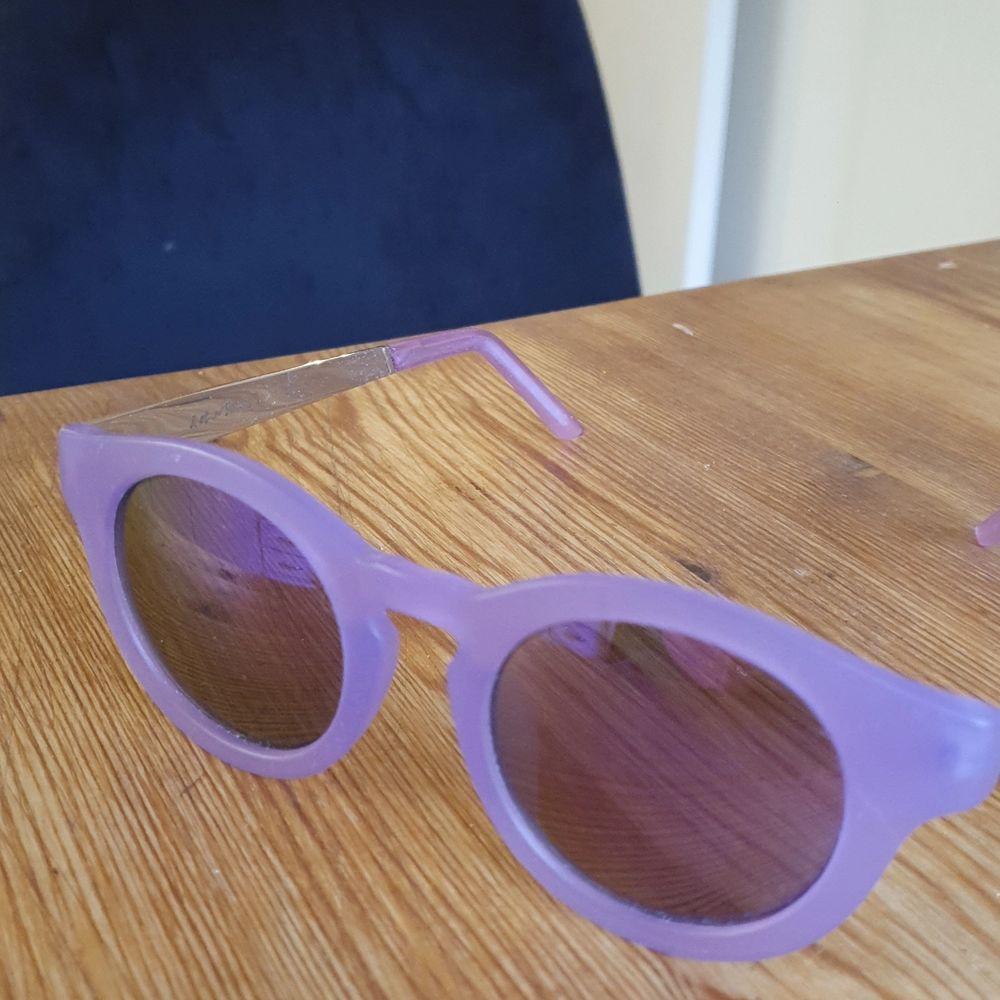 Lila solglasögon från & other stories. . Accessoarer.