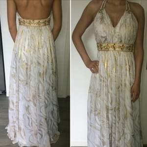 Grekisk inspererande klänning, snygga fina detaljer. använd 1 gång.