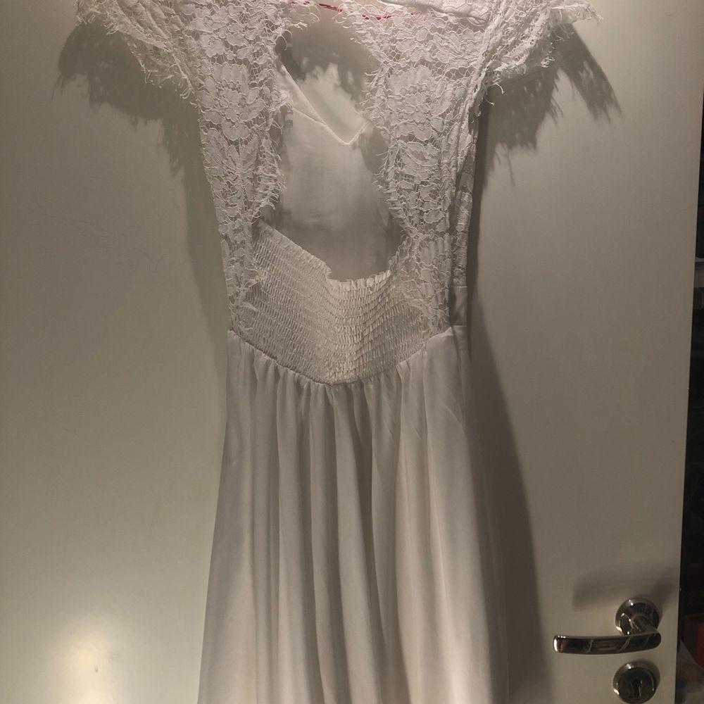 Jättefin skolavslutning klänning i storlek xs💖 jätte fint skick kommer aldrig till användning använt 1 gång💕. Klänningar.