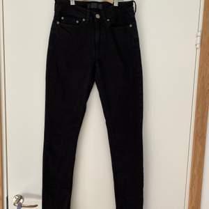 Säljer mina samsoe samsoe svarta skinny jeans💕 De är använda några få gånger då jag inte riktigt tycker jag passar i skinny. Nypriset är 1295 kronor. Ganska stretchiga och passar mig som vanligtvis har S i jeans eller 25/26. Jag är 165 lång de passar bra!