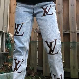 Säljer nu egenmålade jeans som aldrig är använda, endast testade 😍 Står 34 men passar definitivt en 36a också! Är 160 cm 🥰 Köparen står för frakten! Bud från 200