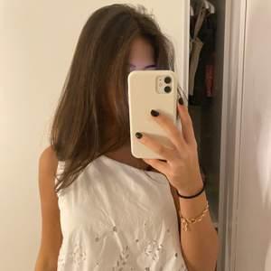 Snygg one shoulder zara blus som är köpt förra sommaren. Är knappt använd och är i storlek S
