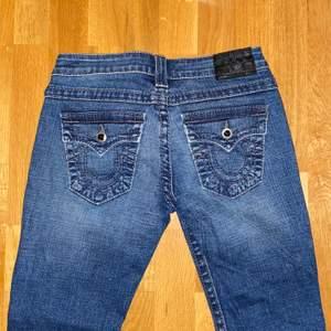 """Blåa true religion jeans! Jag är en storlek S/M och dessa passade mig precis, Low Waist!fina detaljer med sömmar och """"diamanter"""""""