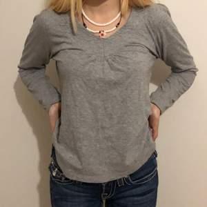 Grå tröja i strl M passar en XS eller M med beroende på hur man vill att tröjan ska sitta! Snygg v-ringning👌