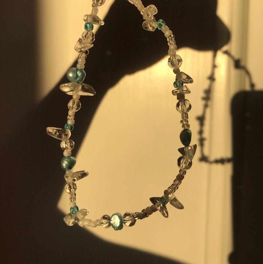 handgjort armband 🦋 vid köp av 3 eller fler smycken får du alltid gratis frakt 🤎. Accessoarer.