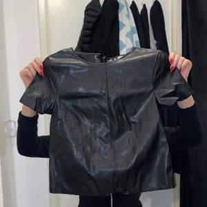 Säljer min fake läder/skinn T-shirt från H&M aldrig använd. Storlek 38. Köparen står för frakten. Inga returer.