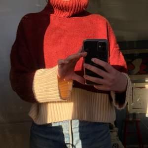 Härlig stickad tröja köpt från Arkivet, använd endast några gånger därav säljer jag vidare den!!! Perfekt till våren men även nu när det är lite kallare, kanske över en härlig sommarklänning eller ett par linnebyxor en svalare sommarkväll? Väldigt mjuk och skönt material, älskar den!!! Fint skick!
