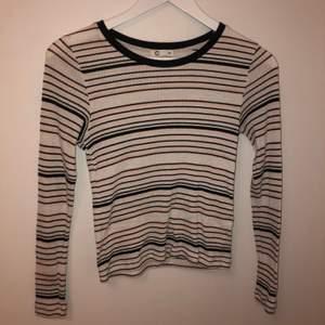 En ribbad långärmad tröja med ränder från Gina tricot. Den har har använts mycket och har därför en del nopprig men den är i otroligt bra skick!