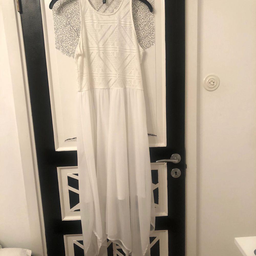 En snygg vit klänning från H&m. Använts 2-3 gånger och är i bra skick. Nypris 500kr. Mitt pris 150kr eller högst bud. OBS! Köparen står för frakt. . Klänningar.