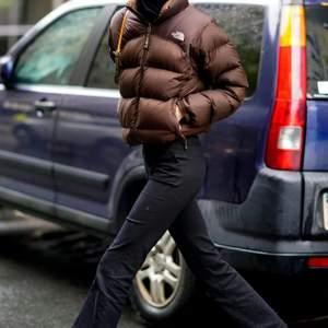 Söker en brun north face jacka, rimligt pris, max  3000kr