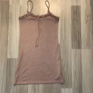 Köpte klänningen för 600 kr i Amsterdam på Urban Outfitters. Har bara använts en gang och är i perfekt skick!<3