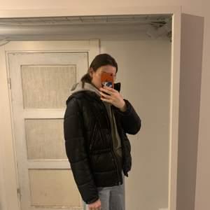 Säljer denna kolla vintage jackan, det är en str s. Skriv privat eller buda