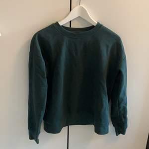 Grön oversized tröja i XS från only, aldrig använd
