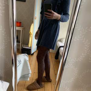 En dösöt klänning från zara. Perfekt nu till vintern och våren med strumpbyxor🕺🏼 Den är blågrå (färgen syns bäst på bild 3). Klänningen är i barnstorlek men passar perfekt på mig som vanligtvis har xs-s.
