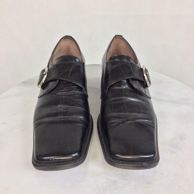Dessa superfina skor är från Charles, svart färg. Storlek 35 men passar en 36-ish. Ingen retur eller refund. Kolla gärna mått. Klack längd 2.7cm och  sulan 24.5cm. SafePay knappen är aktiverad så det går att köpa direkt utan att behöva meddela! Spårbar frakt på 66kr är inräknad i priset och SafePay tar 10% av betalningen. Tyvärr kostar det lite extra då jag alltid kommer skicka spårbart och ta safepay för bådas säkerhet. Skor.