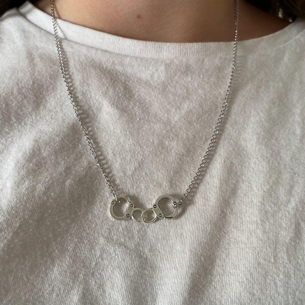 Kedjehalsband med handklovar! Frakt 12kr men ingår vid köp av två smycken eller mer!💗. Accessoarer.