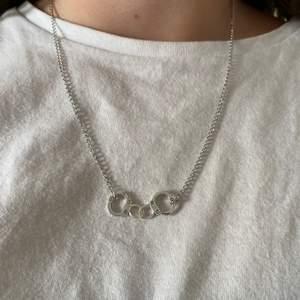 Kedjehalsband med handklovar! Frakt 12kr men ingår vid köp av två smycken eller mer!💗