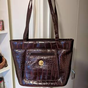 Barely used brown faux leather bag. In great condition.