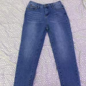 Par blåa mom jeans ifrån boohoo. Ej använd med lappen kvar då den är för liten. Är i storlek 36 men skulle mer säga att de är 34 kanske 32💞💞