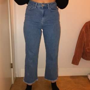 Säljer dessa jeans som är lite kortare i modellen, jag är 163cm. Använda ett fåtal gånger. Storlek 36 från NAKD.
