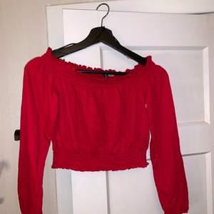 Supersöt röd offshoulder topp från HM! Andvänd fåtal gånger! Storlek xs/s! Skriv vid funderingar eller om ni vill ha fler bilder!