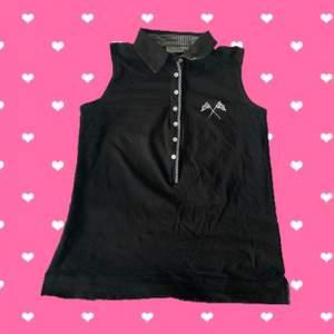 Coolt svart linne med rutiga detaljer. Står Large på lappen, men passar snarare Medium. Köparen står för frakten och jag svarar gärna på frågor