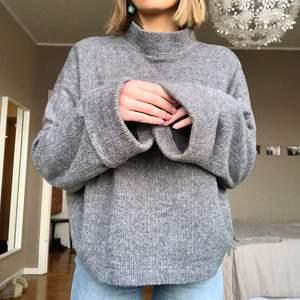 Fin och mysig tröja från Zara i storlek S (känns som M). Köpt för 3 år sedan, använd enstaka gånger.