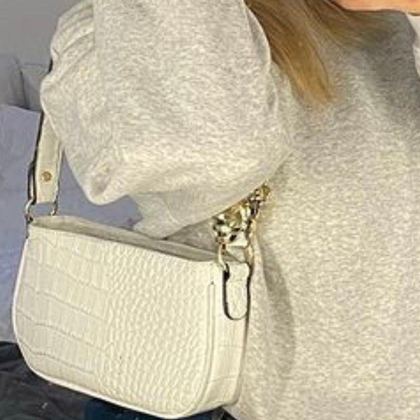 Jätte fin vit väska ifrån SHEIN, fint skick!, lite tjockare och kortare band än 1 bilden ( buda privat). Väskor.
