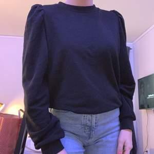 Svart tröja med puffärm, väldigt lite använd och köpt från HM, storlek XS
