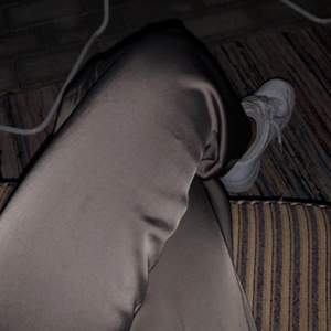 Byxorna är köpta här på Plick. Andra bilden är lånad. Färgen är lite brun/grå. Köparen står för frakten 💞
