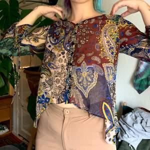 Såå fin blus med fina mönster och färger! Är en XS men sitter fint på mig som vanligtvis bär S-M också. Frakt inkluderat!