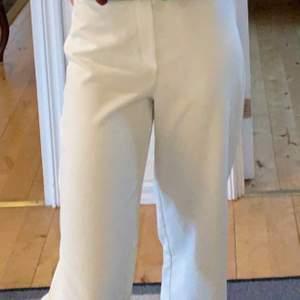 Ett par vida vita kostymbyxor från BikBok! 🤍🤍 köparen står för frakten
