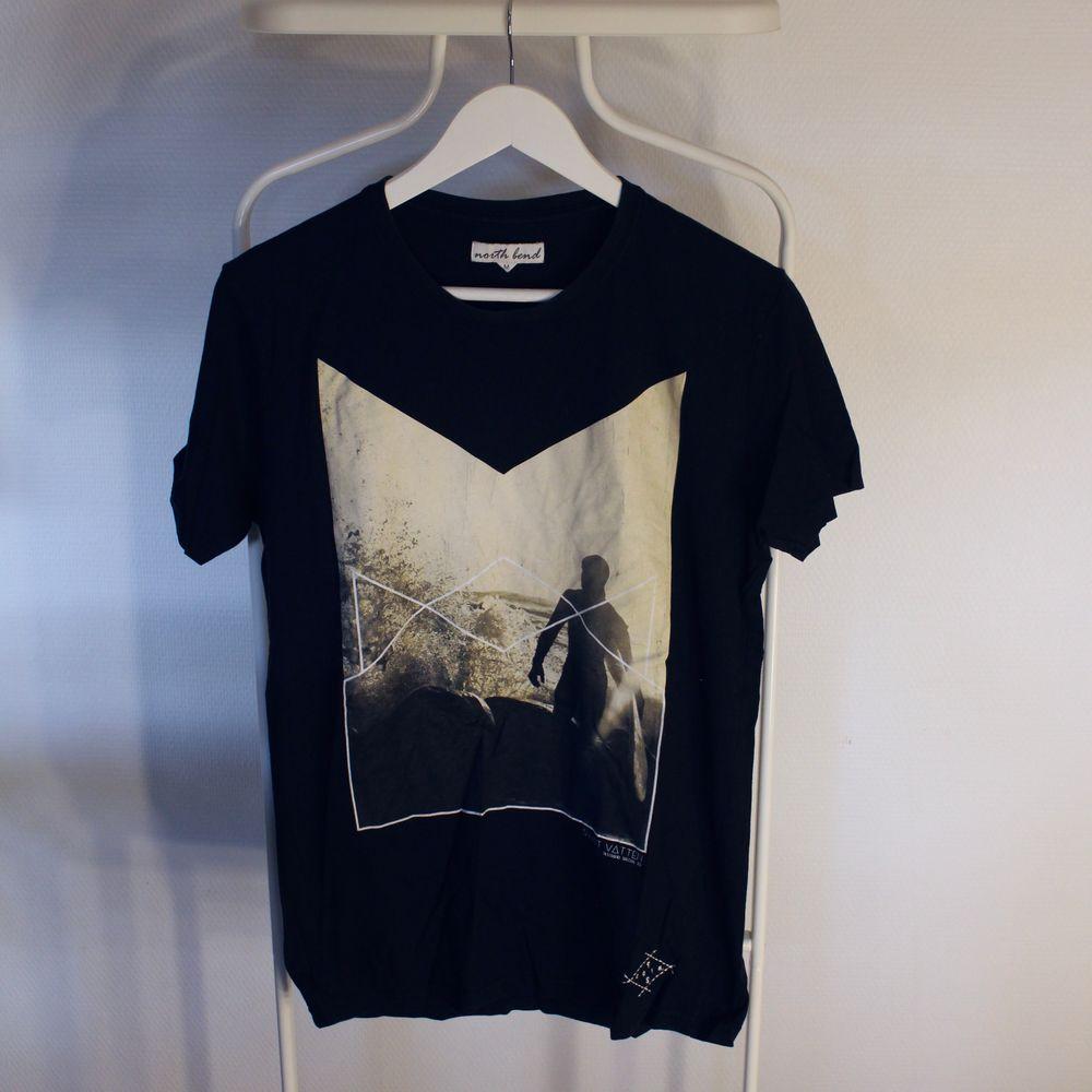 Go vintage T-shirt från North Bend i Gött skick! Storlek: MDirekt pris: 50, Skriv buden till mig privat eller kommentera på bilden!  Kan även mötas upp mellan Varberg & Göteborg Köpare står för frakten (Du bestämmer vilket paket så länge det uppfyller vikt och storleks kraven). T-shirts.