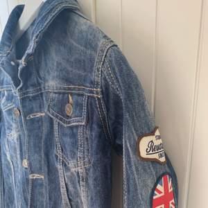 En unik och cool jeans jacka. Bra kvalite! Bra skick! 💗💗
