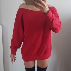 Tuff, röd, off shoulder, collegetröja. Gissar på stl M (jag har stl 36 så den är oversize på mig), så kan även användas som klänning. 🤷🏽♀️👗❤ Frakt tillkommer 48 kr.