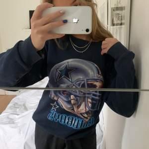 Skitsnygg oversized sweatshirt med tryck på! Den är från second hand, Kan mötas upp i Stockholm eller frakta💕