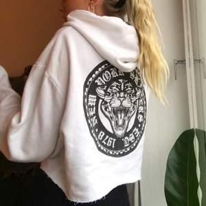 Croppad hoodie med broderat tryck på ärmen (samt en fläck som säkert går att tvätta bort) och print på bröstet och i ryggen. Den sitter såhär på mig och jag har normalt strl S-M