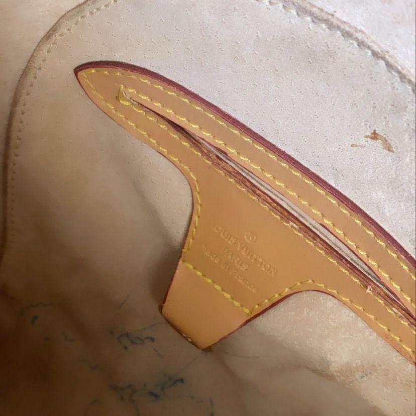 Säljer en skitsnygg A- kopia av Louis Vuitton. Ser väldigt äkta ut IRL och den är inköpt för 1499 kr, därav det billiga priset samt lite smutsig inuti men syns ej när man har saker i.💗💗 köpare står också för frakten . Väskor.