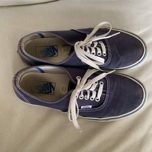 Ett par vana skor i helt okej skick. Använda rätt så mycket. Är redan tvättade! Kunden står för frakt.