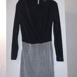 En klottrig klänning som sitter jätte fint på, utväger formerna väldigt mycket. Men jaga läker den pågrund av att den inte kommit till användning. Storlek xs skulle dock säga att den passar s och m för den är väldigt stretchig nertill upptill är den lite tajtare.