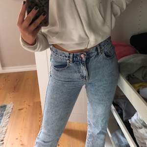 Säljer nu dessa skitsnygga jeans från pull and bear i en super fin blå färg. Jeansen är i väldigt fint skick. Pris är utan frakt.