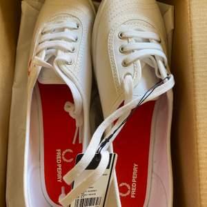 Fred Perry skor, oanvända storlek 40. Legat i garderoben sen inköpet! Nypris 649 kr, säljer för 300. Fri frakt 🌼