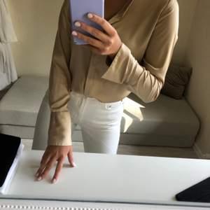 Superfin skjorta som är guldig, jättefin om man stoppar in den lite i byxorna!💕