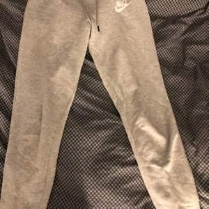 Ett par super fina gråa Nike mjukisbyxor köpta här på plick! Man kan vika ner kanten vid midjan om man vill (se på bild 2). Säljer pga använder tyvärr inte längre. Frakten ingår inte i priset