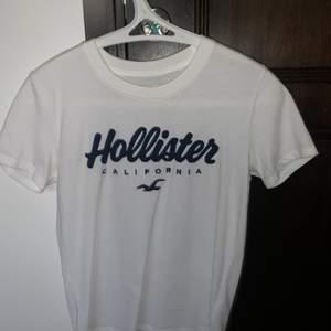 hollister t-shirt i storlek xs. Aldrig använd, den har endast hängt i min garderob i ett år så tänkte det var dags att sälja. Köpt för 300 i USA