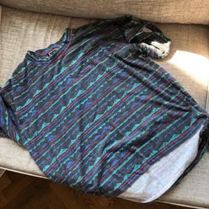Mönstrad vintage T-shirt. Står att den är storlek M men den är ganska oversized så skulle nog säga att den är mer en L. Möts upp i Malmö, annars står köparen för frakt 💕