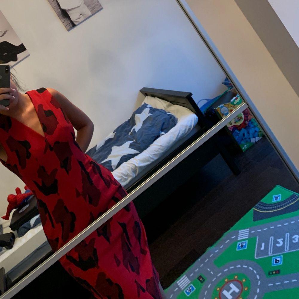 Röd och svart blommig klänning. Strl S/ M. Klänningar.
